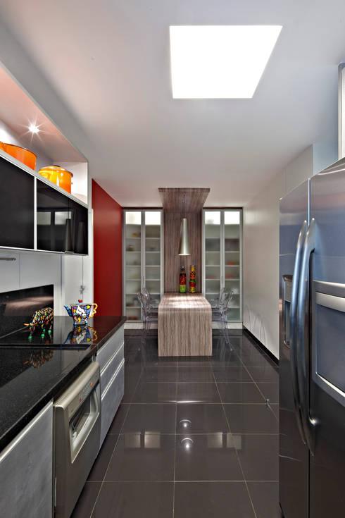APARTAMENTO  SANTO AGOSTINHO: Cozinhas modernas por Cícera Gontijo