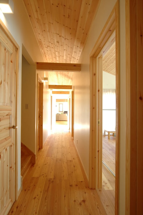 リビングと寝室を繋ぐ廊下: 木の家株式会社が手掛けた廊下 & 玄関です。