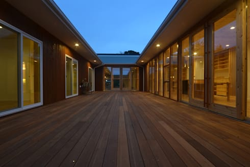 Taketoyo U House: 木の家株式会社が手掛けたベランダです。