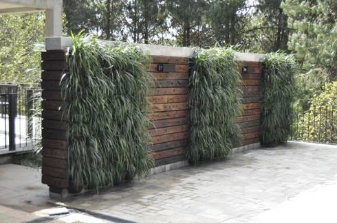 Jardim vertical com cruzeta: Jardins rústicos por A Varanda Floricultura e Paisagismo
