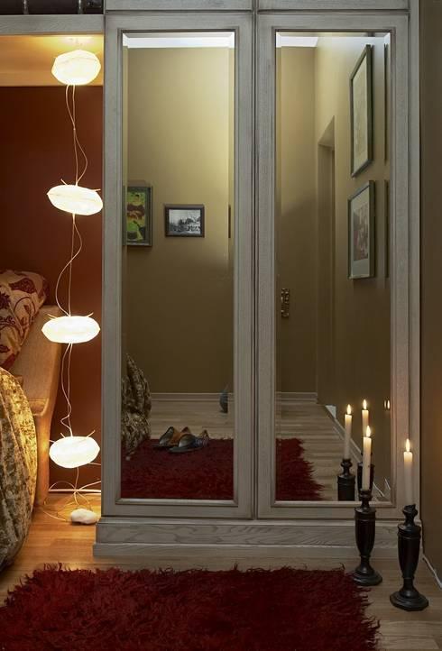 Dormitorios de estilo  por Irina Tatarnikova