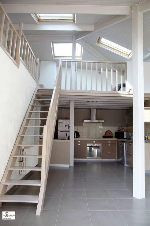 simple relooking de l'escalier et de la mezzanine existante: Couloir et hall d'entrée de style  par Emilie Bigorne, architecte d'intérieur CFAI