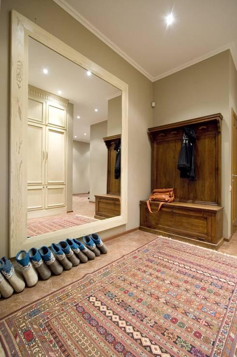 Загородный дом в Апрелевке: Прихожая, коридор и лестницы в . Автор – Irina Tatarnikova