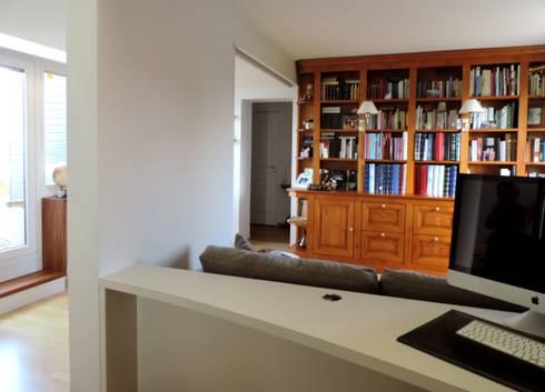 intégration de la bibliothèque existante: Bureau de style de style Moderne par Emilie Bigorne, architecte d'intérieur CFAI