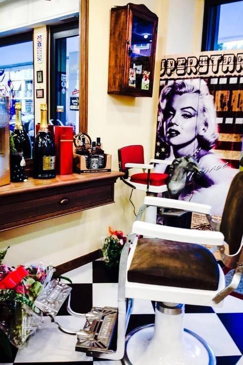 The Barber's Shop: Negozi & Locali commerciali in stile  di AMNstudio