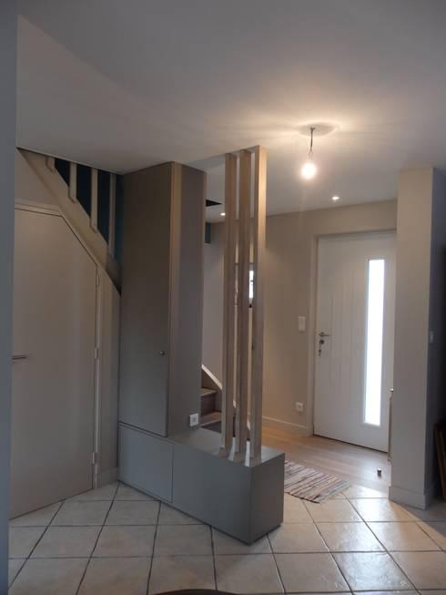 vue de l'entrée et de l'escalier: Couloir et hall d'entrée de style  par Emilie Bigorne, architecte d'intérieur CFAI