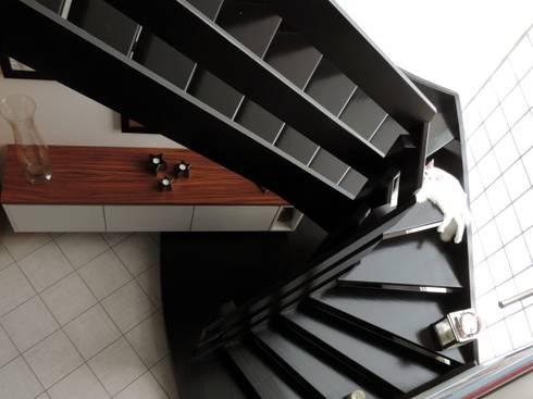Le remodelage des espaces s'est prolongés dans la descente d'escalier et l'entrée : Couloir et hall d'entrée de style  par Emilie Bigorne, architecte d'intérieur CFAI