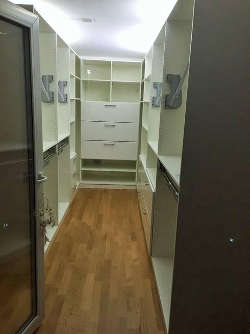 begehbarer kleiderschrank als raumteiler in niederlenz bei z rich by m bel nach ma licht. Black Bedroom Furniture Sets. Home Design Ideas