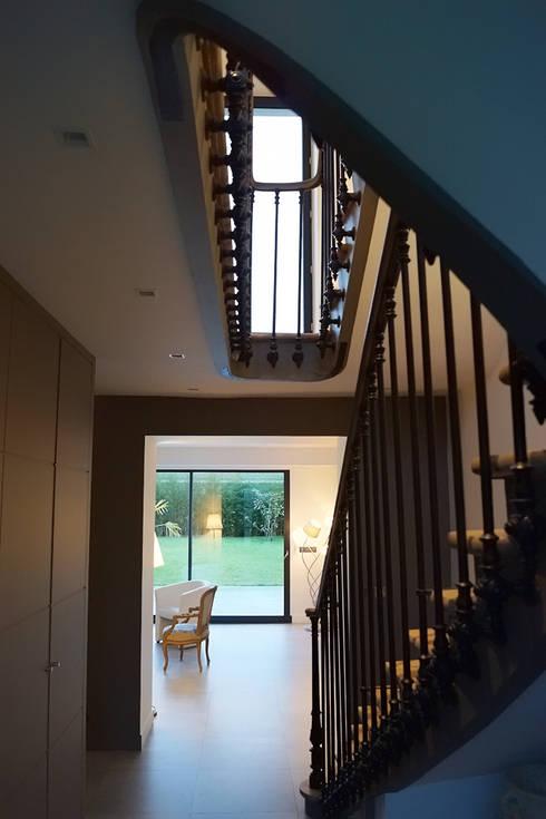 Maison de Ville Croissy sur Seine Yvelines: Couloir et hall d'entrée de style  par B by Lulea