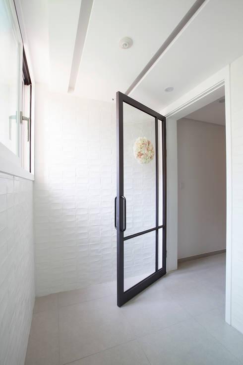 Pasillos y vestíbulos de estilo  por MID 먹줄