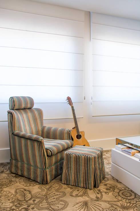 Apartamento Bento: Sala de estar  por Camila Chalon Arquitetura