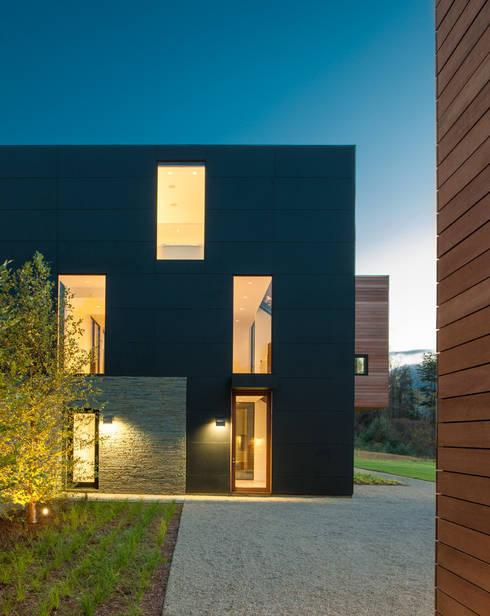 4 Springs Lane: modern Houses by Robert Gurney Architect