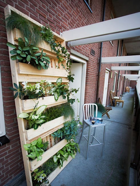 Balcones, porches y terrazas de estilo  por Pop up Pallets