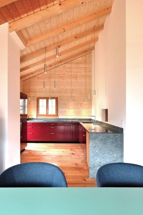 Ferienhaus nach Mass: klassische Küche von Juho Nyberg Architektur GmbH