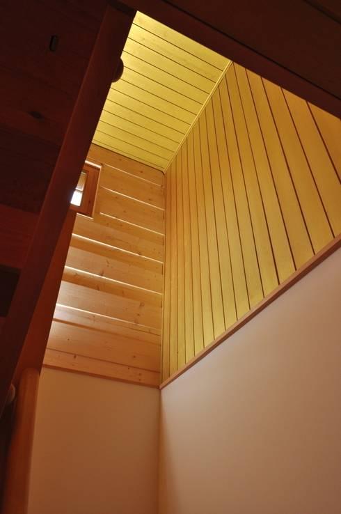 Ferienhaus nach Mass:  Flur & Diele von Juho Nyberg Architektur GmbH