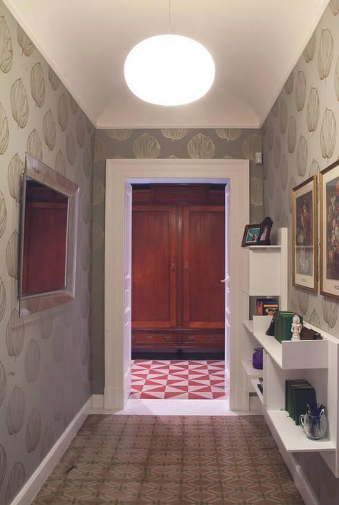 Casa L - realizzato: Ingresso & Corridoio in stile  di STUDIOFLAT