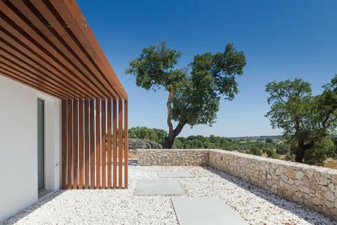 QUINTA DOS POMBAIS HOUSE: Casas modernas por OPERA I DESIGN MATTERS