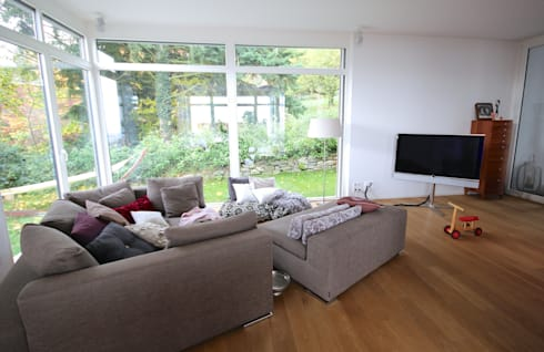 Offener Wohnbereich mit Blick ins Grüne: moderne Wohnzimmer von raumatmosphäre pantanella