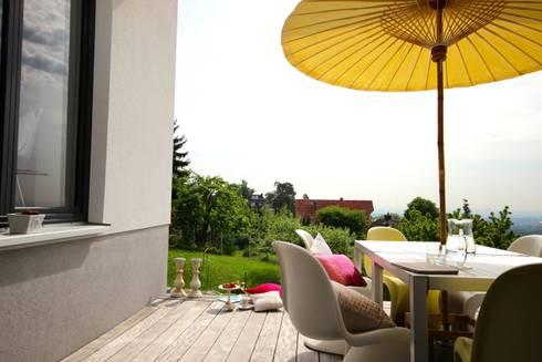 Terrasse mit modernen Möbeln und asiatischem Flair:  Terrasse von raumatmosphäre pantanella