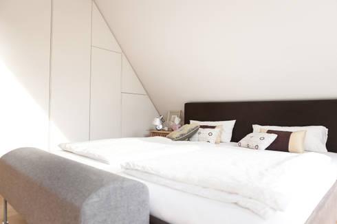 Schlafbereich mit Maß-Schrank in der Schräge: moderne Schlafzimmer von raumatmosphäre pantanella