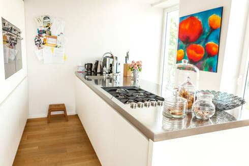 Küche mit großer Kochinsel: moderne Küche von raumatmosphäre pantanella