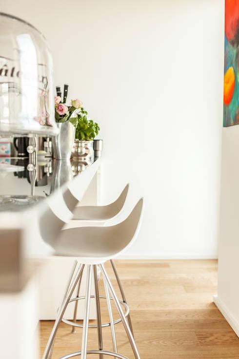 Küche mit Sitztresen auf der Rückseite: moderne Küche von raumatmosphäre pantanella