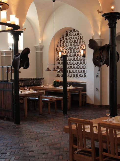 zur ck zum ursprung pflasterklinker von hagemeister wandeln pferdestall in restaurant mit. Black Bedroom Furniture Sets. Home Design Ideas