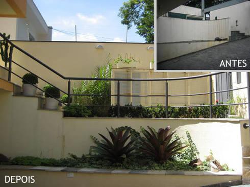Jardim entrada - garagem:   por Projetual Arquitetura