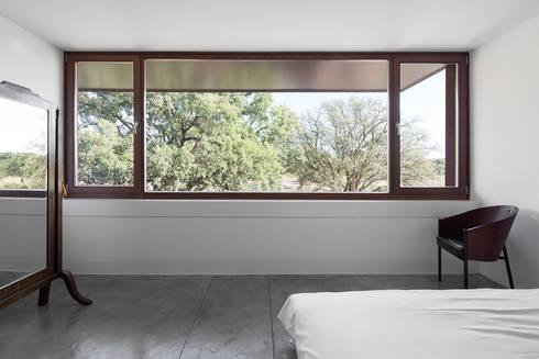 Casa com Três Pátios: Quartos modernos por Miguel Marcelino, Arq. Lda.