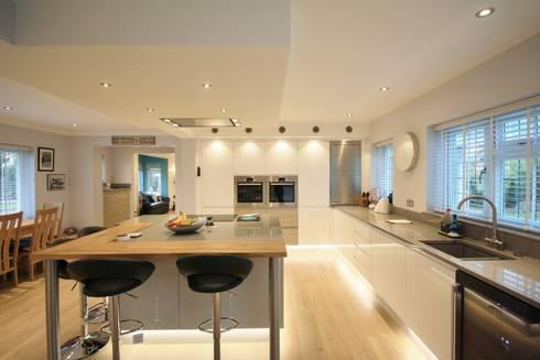 White, Grey and Elm Kitchen design: modern Kitchen by Kitchencraft