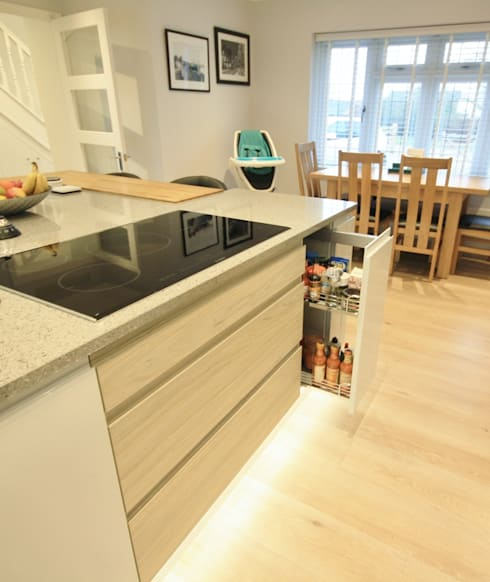 Small pull out larder located next to the hob, great for convinient cooking: modern Kitchen by Kitchencraft
