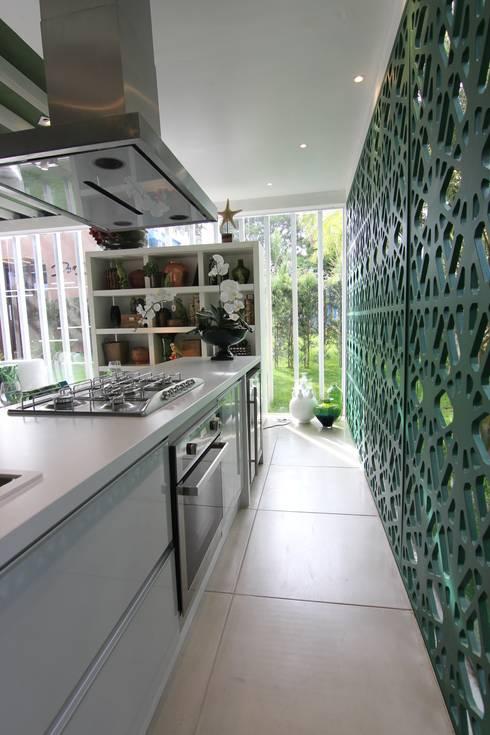Cozinha americana integrada: Cozinhas modernas por DUPLA ARQUITETURA ESTRATÉGICA
