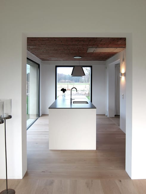 Tibbensteeg Hoonhorst: minimalistische Keuken door Tim Versteegh Architect