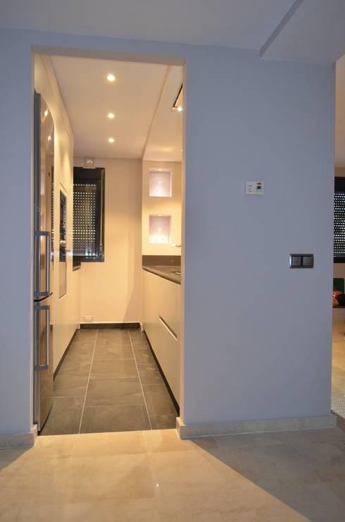 Integración total: Cocinas de estilo moderno de Cocinel-la