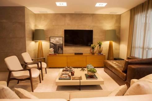 Home TV - J|K: Salas de estar clássicas por Carolina Fagundes - Arquitetura e Interiores