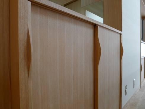 西岡の家: 風建築工房が手掛けたリビングルームです。
