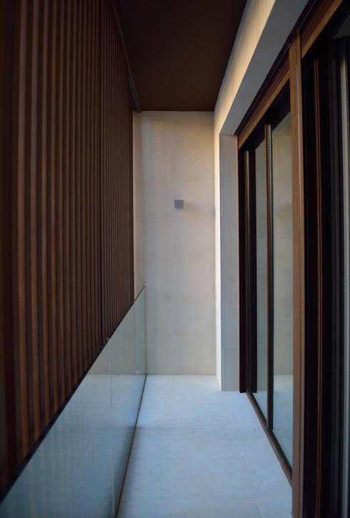 VIVIENDA UNIFAMILIAR EN ALMANSA: Terrazas de estilo  de MBVB Arquitectos