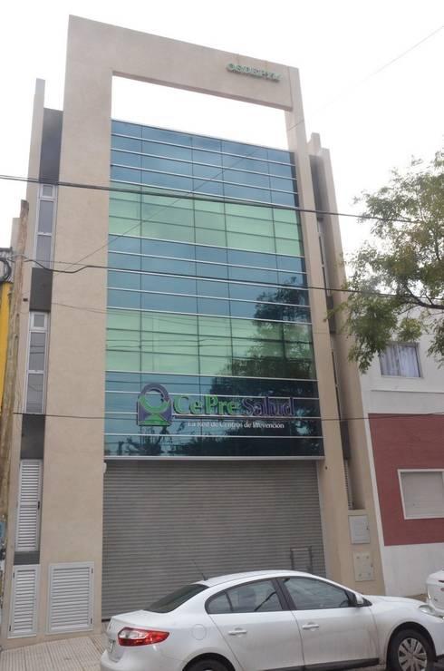 Centro Medico de Policonsultorios.: Clínicas y consultorios médicos de estilo  por Family Houses