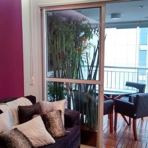 Um adendo da sala de estar para receber os amigos.: Varanda, alpendre e terraço  por Amaria Gonçalves - Design Paisagismo