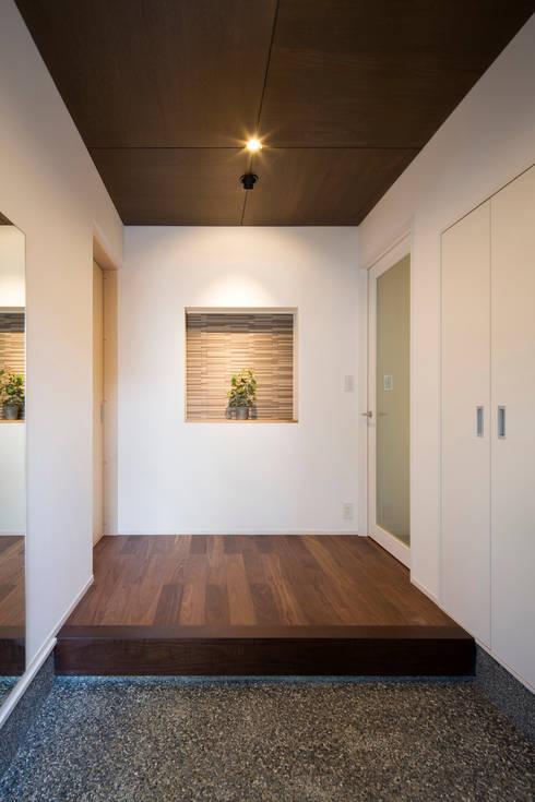 玄関: 一級建築士事務所シンクスタジオが手掛けた家です。