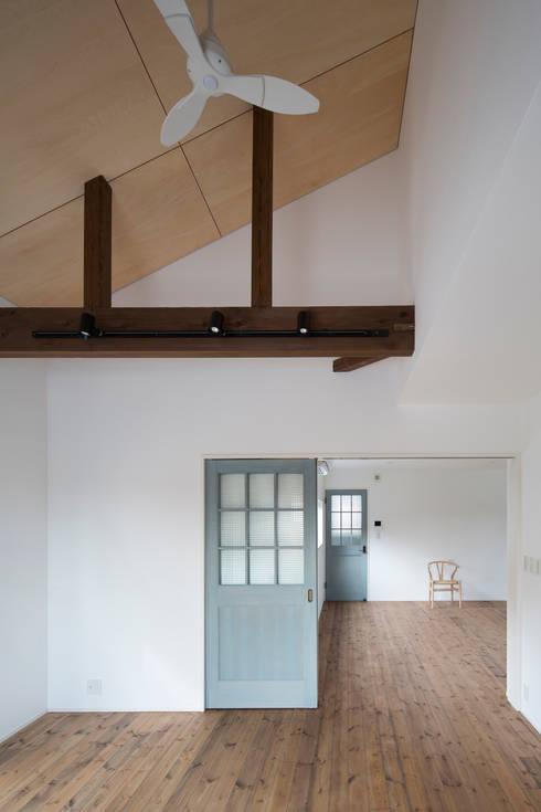 2階アトリエ: 一級建築士事務所シンクスタジオが手掛けた書斎です。
