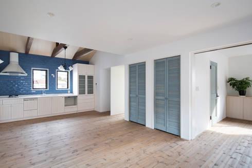 2階LDK: 一級建築士事務所シンクスタジオが手掛けたキッチンです。