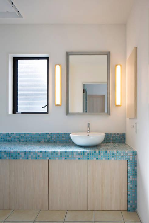 2階洗面: 一級建築士事務所シンクスタジオが手掛けた浴室です。