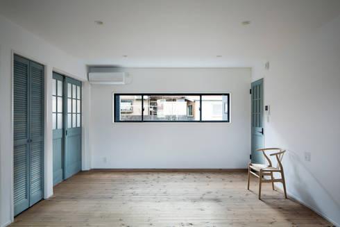 2階リビング: 一級建築士事務所シンクスタジオが手掛けたダイニングです。