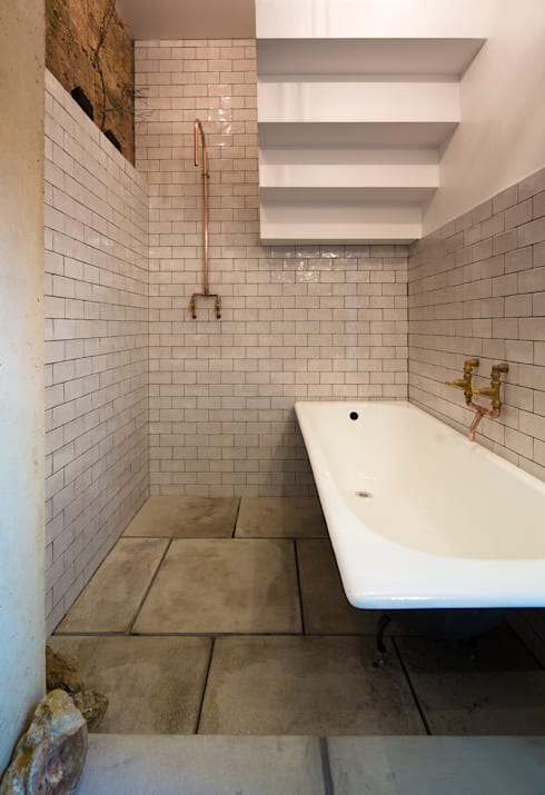 House of Trace:  Bathroom by TSURUTA ARCHITECTS