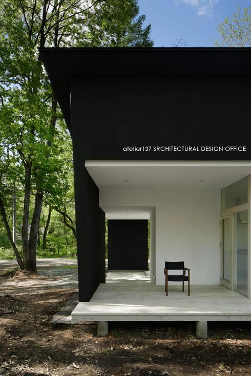 036軽井沢Kさんの家: atelier137 ARCHITECTURAL DESIGN OFFICEが手掛けたベランダです。