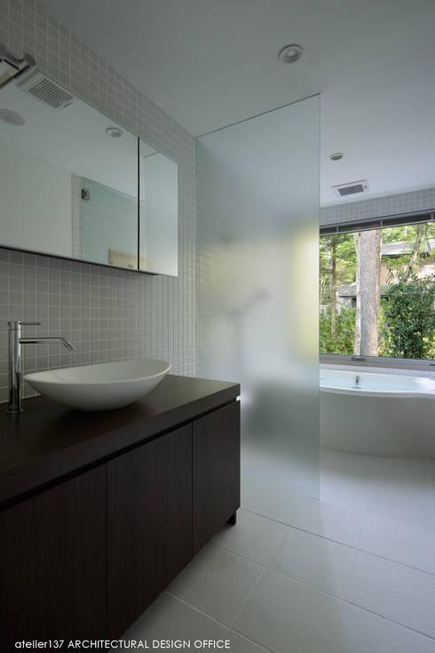 036軽井沢Kさんの家: atelier137 ARCHITECTURAL DESIGN OFFICEが手掛けた浴室です。