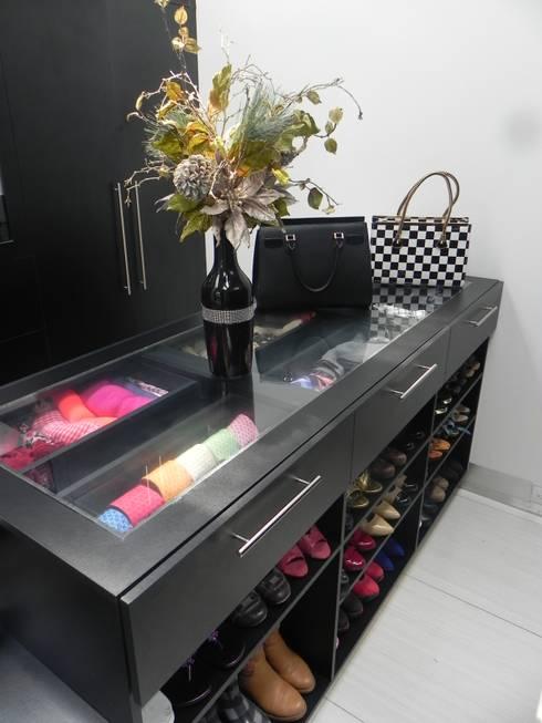 Dressing room by ARKIZA ARQUITECTOS by Arq. Jacqueline Zago Hurtado