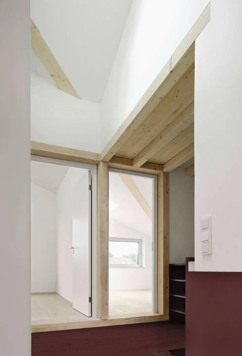 Obergeschoß mit den neuen Zimmern im Anbau:  Schlafzimmer von AMUNT Architekten in Stuttgart und Aachen