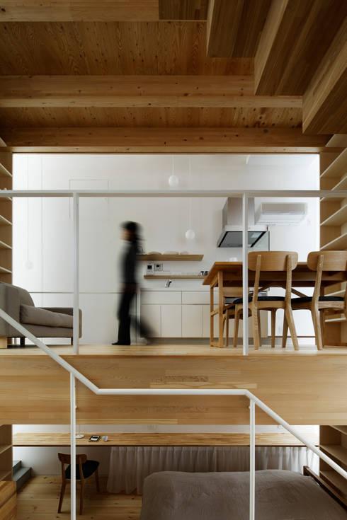 シナの木と白い家: 高橋真紀建築設計事務所が手掛けたダイニングです。